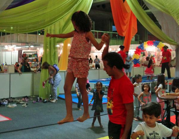 Monitores ajudam crianças na corda bamba. (Foto: Katherine Coutinho / G1)