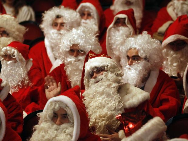 Pessoas vestidas de Papai Noel participam de encontro em Berlim, na Alemanha, neste sábado (26). A reunião é a para discutir os últimos preparativos para o natal na cidade. (Foto: Reuters/Tobias Schwarz)