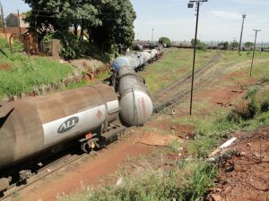 Vagões descarrila na área central de Ourinhos (Foto: Nelson Minucci )