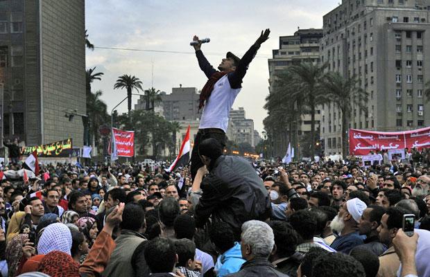 Egípcios protestam contra o conselho comandado por militares em manifestação na Praça Tahrir, no Cairo, neste domingo (27) (Foto: Bela Szandelszky/AP)