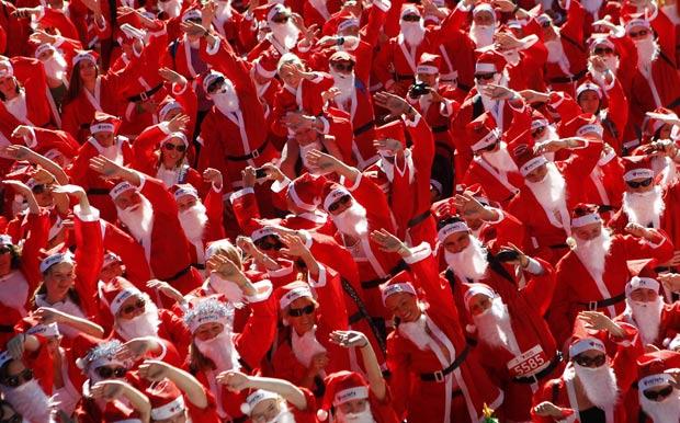 Mais de 2 mil pessoas vestidas de Papai Noel participaram da corrida. (Foto: Daniel Munoz/Reuters)