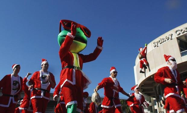 Organizadores tentaram estabelecer um novo recorde para o maior número de pessoas correndo vestidas como Papai Noel. (Foto: Daniel Munoz/Reuters)