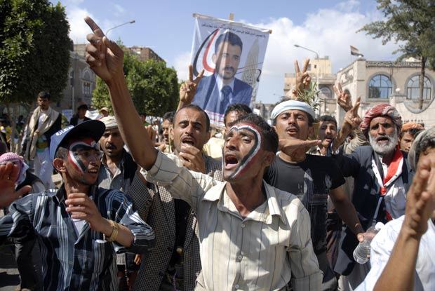 Manifestantes protestam contra Saleh em Sanaa. (Foto: Mohamed al-Sayaghi/Reuters)