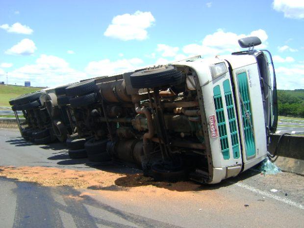 Caminhão tomba ao fazer uma curva na Comandante João Ribeiro de Barros em Bauru,SP (Foto: Guilherme Martins/ G1 )