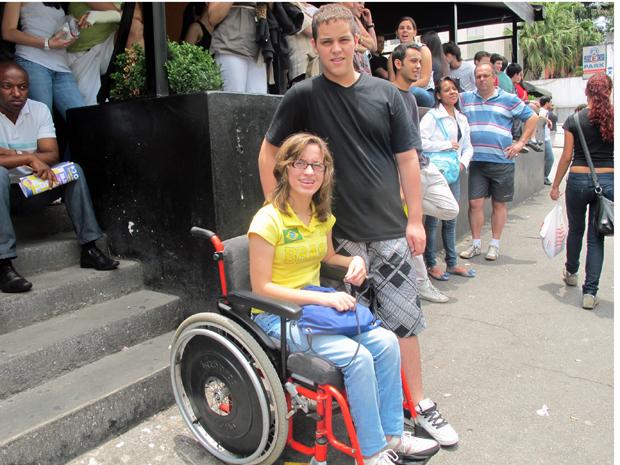 Os gêmeos Mônica e Marcelo Guimarães na entrada do local de prova da Fuvest (Foto: Ana Carolina Moreno/G1)