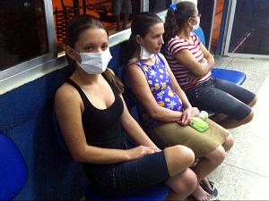 Kézia Carnaúba acompanhou o irmão ao hospital do município (Foto: Elias Bruno/G1 Ceará)