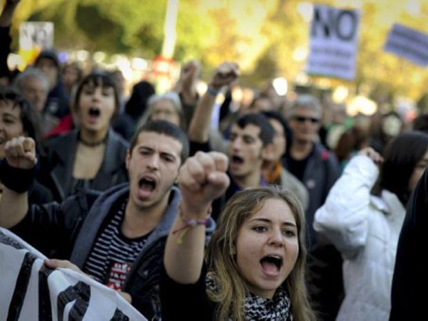 Jovens 'indignados' com a corrupção participam de manifestação nas ruas de Madri, na Espanha, neste domingo (27) (Foto: AFP/Pedro Armestre)