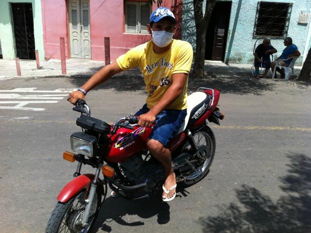 """""""Desde que o surto começou, só ando com máscara, ainda mais depois que minha mulher adoeceu"""", disse o motociclista José Ivanildo. (Foto: Elias Bruno/ G1 Ceará)"""