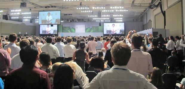 """Delegados aplaudem """"Acordos de Cancún"""" aprovados na COP 16. Propostas vagas de boas intenções aprovadas no México serão base para as discussões em Durban. (Foto: Dennis Barbosa/G1)"""