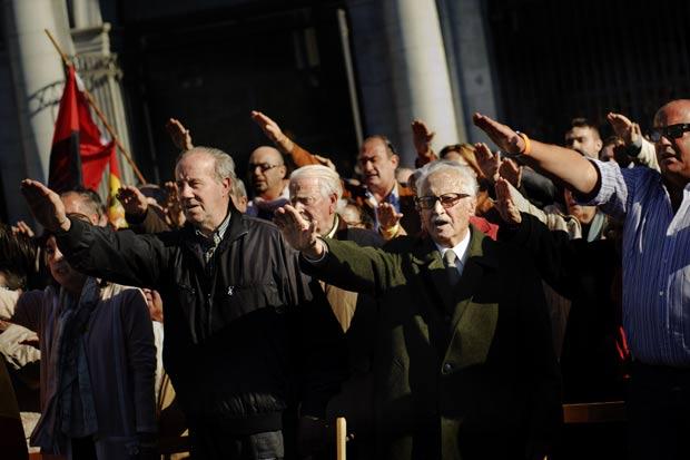 Manifestantes de extrema-direita fizeram saudações fascistas em homenagem a Franco. (Foto: Daniel Ochoa de Olza/AP)