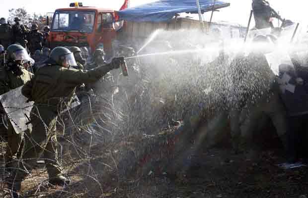 Sérvios de Kosovo encaram soldados alemães da força de paz da ONU nesta segunda-feira (28) em Kosovo. Os capacetes-azuis tentavam remover um bloqueio de uma estrada próximo a Jagnjenica (Foto: AP)