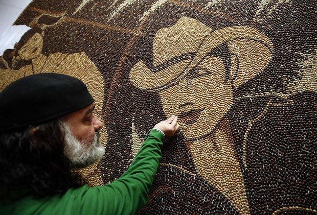 Saimir Strati, de 45 anos, está trabalhando em um mosaico gigante com grãos de café. (Foto: Arben Celi/Reuters)
