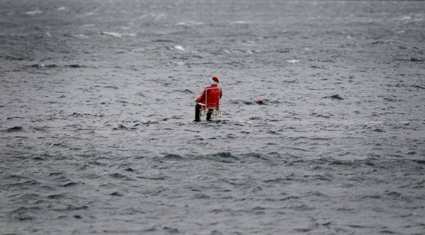 Manequim usando fantasia de Papai Noel foi flagrado 'pescando' no meio do mar. (Foto: Cathal McNaughton/Reuters)