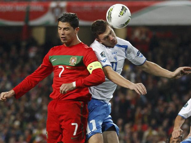 O português Cristiano Ronaldo e o bósnio Edin Dzeko disputam bola no ar; jogada corriqueira ou perigosa? (Foto: Reuters/Rafael Marchante)