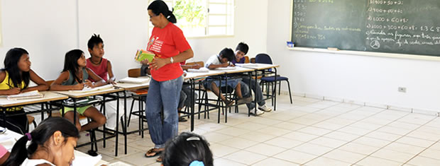índios estudando dentro de sala de aula em aldeia de MT (Foto: Ericksen Vital / G1)