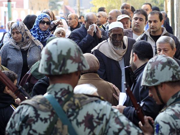 Militares organizaram as filas de eleitores na cidade do Cairo (Foto: Ahmed Jadallah/Reuters)