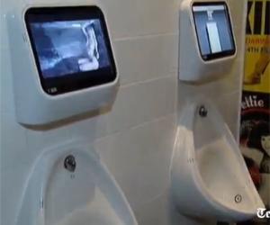 Mictórios do Exhibit Bar, em Londres, com videogames instalados (Foto: Reprodução)