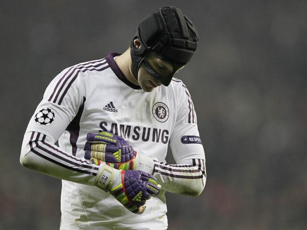 Toda a proteção do goleiro Petr Cech seria inútil se ele precisasse cabecear a bola (Foto: Reuters/Wolfgang Rattay)