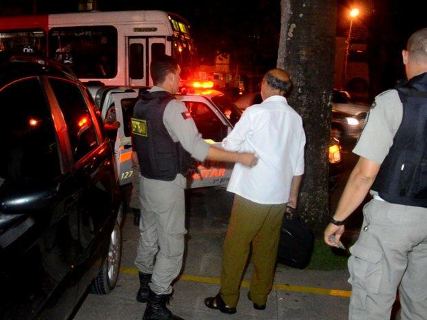 Homem é preso tentando dirigir com sinais de embriaguez (Foto: Walter Paparazzo/G1 PB)