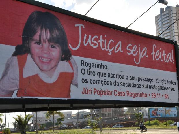 Um dos outdoors colocados pela família do menino morto em briga de trânsito (Foto: Felipe Bastos / G1MS)