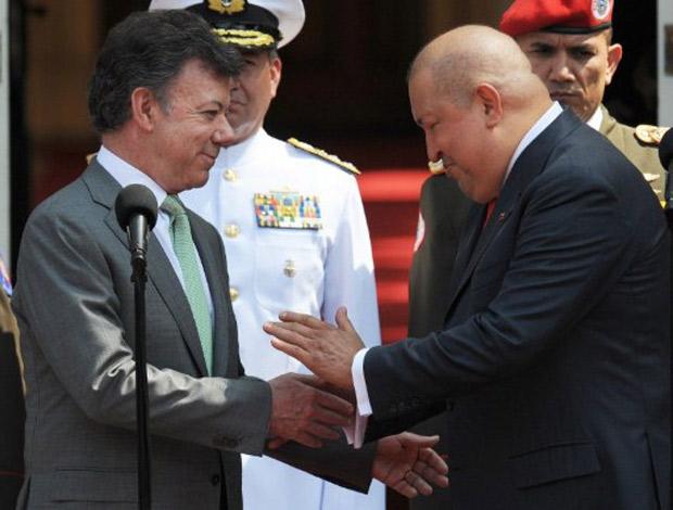O presidente colombiano Juan Manuel Santos cumprimenta Hugo Chávez, durante visita do venezuelano ao país, nesta segunda (28) (Foto: Juan Barreto / AFP)