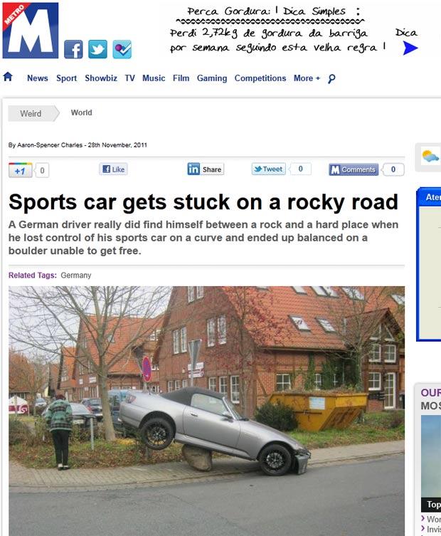 Helmut Schmidt ficou com o carro entalado em cima de uma rocha. (Foto: Reprodução/Metro)