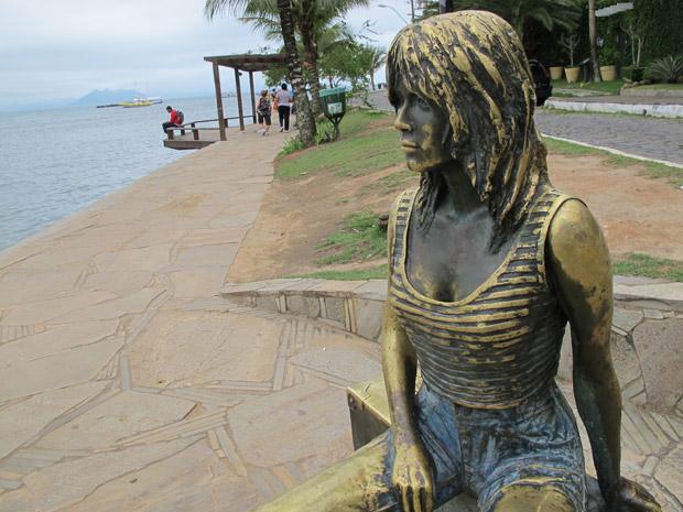 Estátua da atriz francesa Brigitte Bardot é um dos principais pontos turísticos de Búzios (Foto: Tássia Thum/G1)
