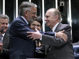 O presidente do Senado, José Sarney (dir.), cumprimenta Capiberibe durante a posse do senador (Foto: Luiz Alves / Agência Senado)
