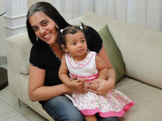 Pediatra Cristiane Regina dos Santos de Faria, de 32 anos, com a filha Lara, de um ano e três meses (Foto: Pedro Triginelli/G1 MG)