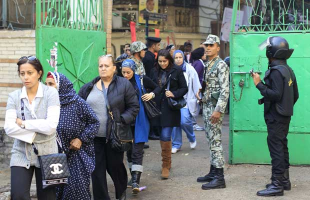 Eleitores chegam para votar nesta terça-feira (29) no Cairo (Foto: Reuters)