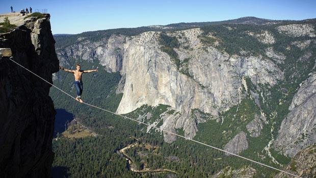 equilibrista atravessa abismo a 900 m de altura (Foto: Caters)