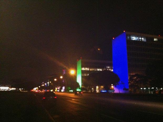 Esplanada dos Ministérios iluminada para o Natal, em Brasília, nesta terça-feira (30). Prédios ganharam iluminação especial em tons de verde e azul. (Foto: Naiara Leão/G1)