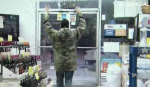 Polícia confundiu gravação de filme com roubo. (Foto: Reprodução)