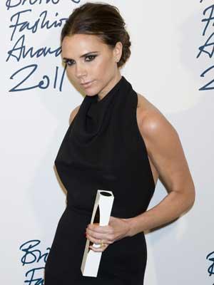 Victoria Beckham recebe prêmio de melhor designer durante o British Fashion Awards 2011. (Foto: Jonathan Short / AP Photo)