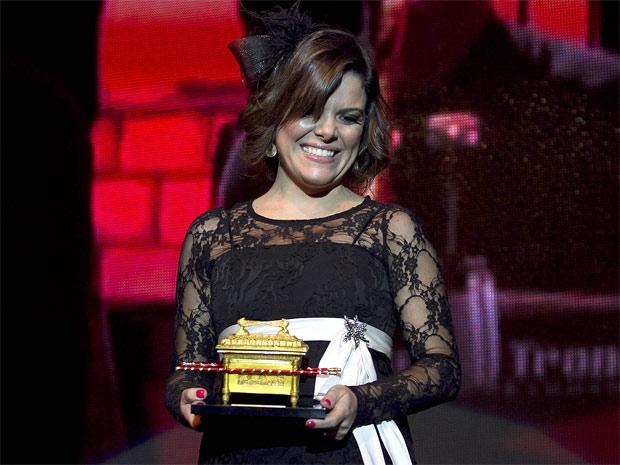 A cantora Ana Paula Valadão, do grupo mineiro Diante do Trono, recebe o prêmio de Melhor DVD/Blu-Ray durante a cermônia de entrega do Troféu Promessas realizada no Rio (Foto: Rudy Trindade/G1)