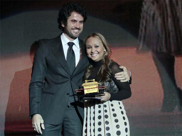 O ator Eriberto Leão, apresentador do prêmio, e a cantora Bruna Karla, que levou o Troféu Promessas na categoria Melhor Canção (Foto: Rudy Trindade/G1)