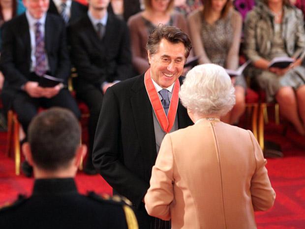 O músico, fundador da banda de rock britânica Roxy Music, foi recebido pela rainha Elizabeth II, no Palácio de Buckingham, em Londres, nesta quarta (30) (Foto: AP)