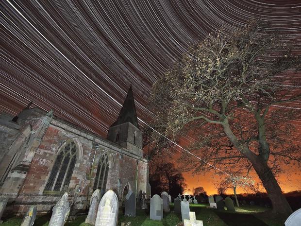 Foto noturna de longa exposição mostra 'rastro' da Estação Espacial Internacional e do planeta Júpiter no céu de Leicestershire, na Grã-Bretanha. (Foto: Mark Humpage / Caters)