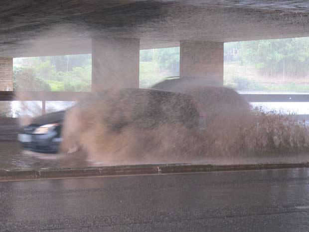 Chuva deixou ponto de alagamento debaixo da Ponte do Bragueto, na Asa Norte. (Foto: Raquel Morais/G1)