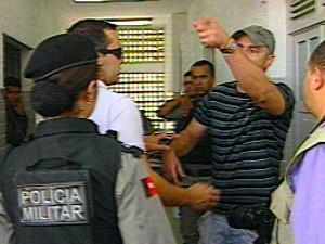Delegado suspeito de atirar na festa de Marcelinho Paraíba se desentende com jornalista em Campina Grande (Foto: Reprodução/TV Paraíba)