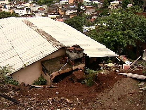 Muro e pedra caem sobre casa e idoso fica preso em Vitória, no ES (Foto: Reprodução/TV Gazeta)