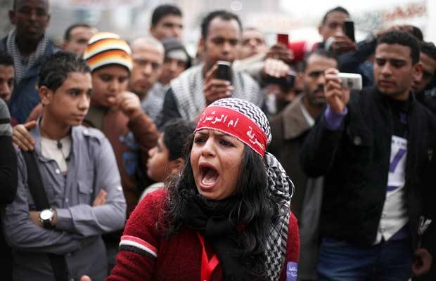 Manifestantes protestam contra o governo do Egito nesta quarta-feira (30) na Praça Tahrir, no Cairo (Foto: AP)