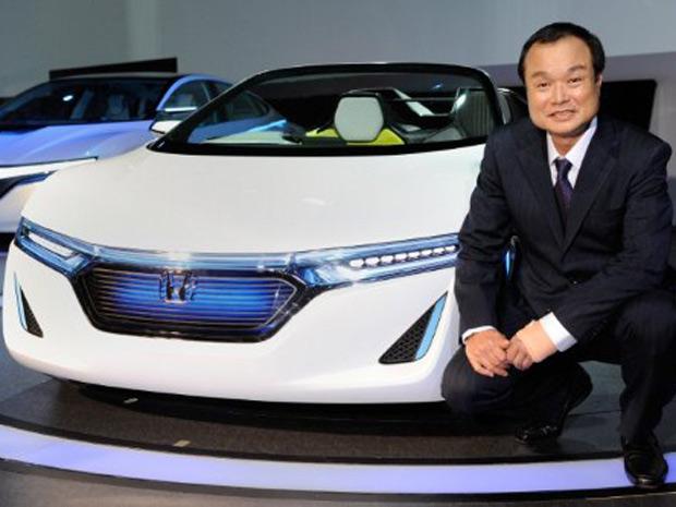 Presidente da Honda Motor, Takanobu Ito, apresenta o 'AC-X' no Salão de Tóquio (Foto: Toru YAMANAKA/AFP)