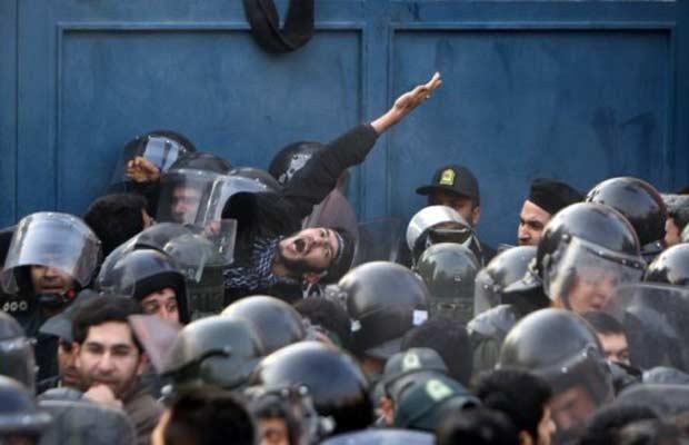 Policiais de choque tentam deter manifestantes durante os protestos da terça-feira (29) (Foto: AFP)