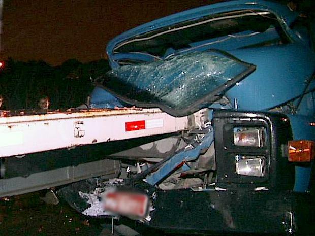 Motorista ficou preso nas ferragens, mas machucou o dedo .jpg (Foto: Reprodução/TV Gazeta)