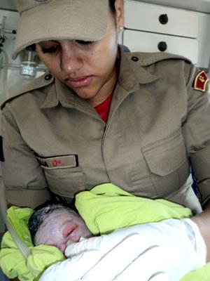 Bombeira socorre recém-nascido em Sinop (Foto: Corpo de Bombeiros/Sinop)