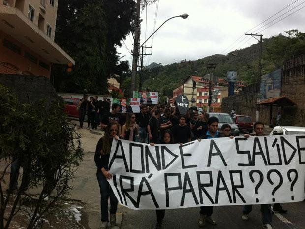 Estudantes protestam por melhorias na saúde  (Foto: Michael Miranda/VC no G1)