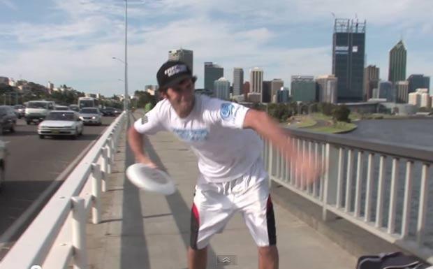 Brodie Smith realizou o mais longo lançamento de Frisbee. (Foto: Reprodução/YouTube)