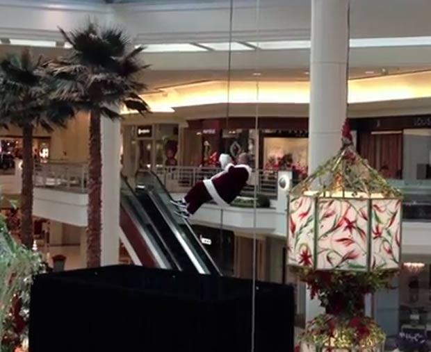 Papai Noel trapalhão perdeu o gorro e a barba postiça. (Foto: Reprodução/YouTube)
