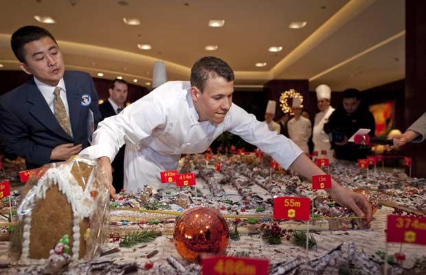 Xangai faz bolo de Natal de 1 quilômetro de comprimento (Foto: AP)